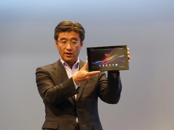 Kazuo Hirai, amb el Sony Xperia Tablet Z a les mans