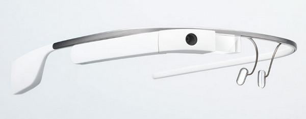 Imatge de les Google Glass en la qual s'hi aprecia perfectament la càmera de fotos/vídeo