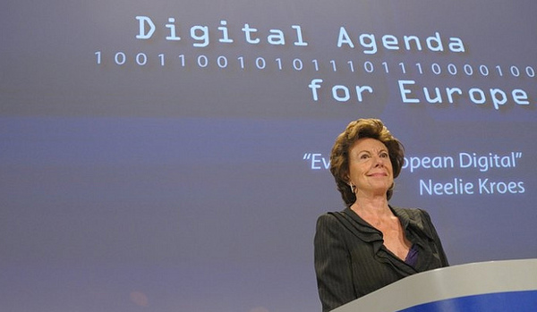 Icònica imatge de Neelie Kroes en un acte de l'Agenda Digital Europea. Fotografia de la Open Knowledge Foundation a Flickr sota llicència Creative Commons