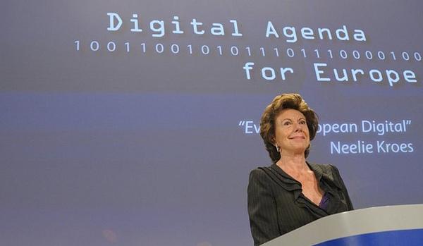 Icònica imatge de Neelie Kroes en un acte de l'Agenda Digital Europea. Fotografia de la Open Knowledge Foundation a Flickr sota llicència Creative Commons