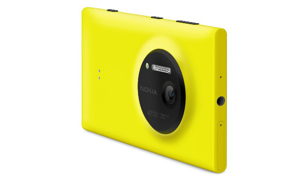 La part del darrere del Nokia Lumia 1020, on hi podem veure l'objectiu de la càmera de 41 Mpx.