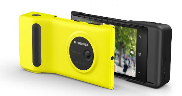 El Lumia 1020 amb l'accessori Nokia Camera Grip, que li permet muntar-lo sobre un trípode i li dóna una estètica de càmera compacta