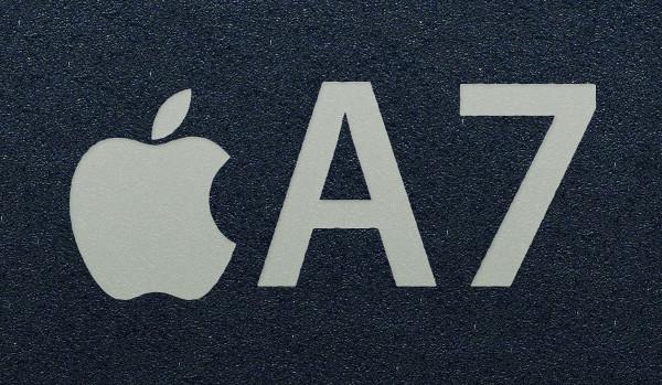 Detall del gravat de la imatge d'Apple i el nom A7 al nou xip de 64 bits de la companyia de Cupertino