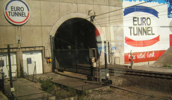 """Entrada del Eurotunnel en la que se puede apreciar el graffiti """"el enlace vital"""". Imagen del usuario hakzelf en Flickr bajo licencia Creative Commons"""