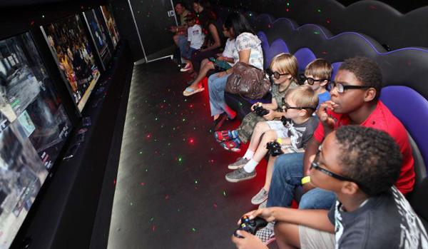 Niños viendo contenidos en 3D en un televisor que necesita gafas especiales. Imagen gentileza de LG
