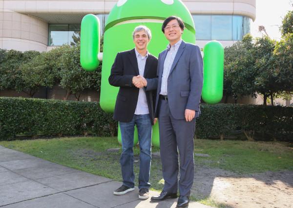Yang Yuanqing, Presidente y CEO de Lenovo, y Larry Page, CEO de Google, presentando el acuerdo de adquisición de Motorola