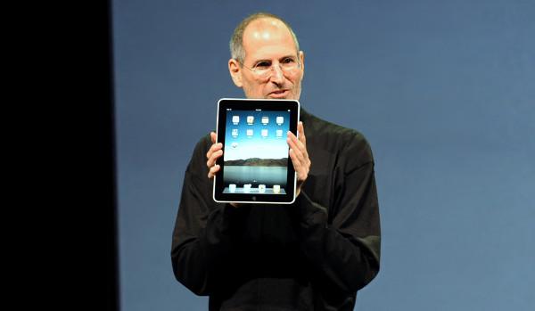 Steve Jobs durante la presentación del iPad original. Imagen de Matt Buchanan en Flickr bajo licencia Creative Commons