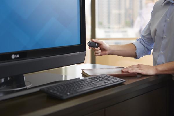 Wyse Cloud Connect permite esconder una computadora o un cliente ligero en el formato de un stick que se conecta a la parte trasera del monitor y se utiliza con un teclado y ratón Bluetooth