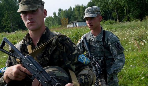 Soldados ucranianos y norteamericanos en un ejercicio conjunto realizado en 2011. Imagen cortesía del ejército estadounidense en Flickr bajo licencia Creative Commons