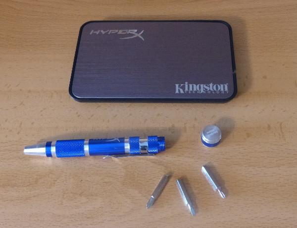 Ante el disco duro, el destornillador de múltiples puntas que incluye el paquete, con las puntas desplegadas