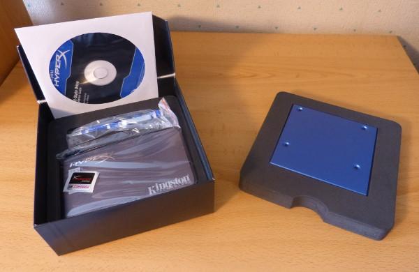 La caja que aloja la solución de Kingston, abierta y mostrando los componentes alojados en su interior