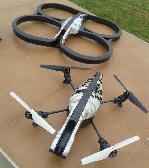 En primer plano, el AR.Drone con las hélices al descubierto y, en segundo plano, la carcasa que rodea y protege las hélices