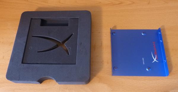 """La pieza adaptadora que nos permitirá instalar este disco duro de 2,5"""" en un espacio destinado a uno de 3,5"""", un ordenador de sobremesa"""